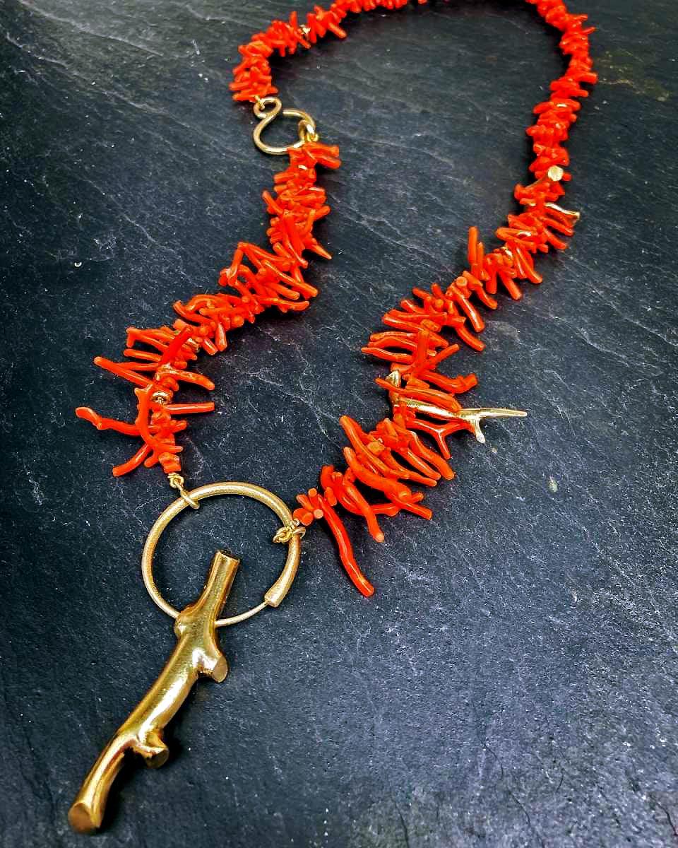 Halskette aus roter Koralle mit goldenem Anhänger